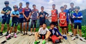 タイのサッカー少年とコーチ